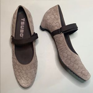 Tsubo Mary Jane brown suede heels. NWOB size 9